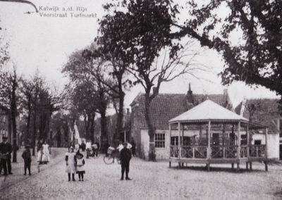 De Turfmarkt met de muziektent - 1919