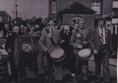Op mars door de Tramstraat in Katwijk aan Zee 1955