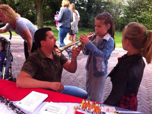 Najaarsfeesten 2015 muziekinstrument proberen
